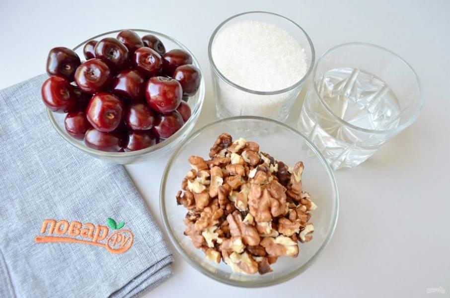 1. Подготовьте ягоды, орехи, сахар и воду. Приступим!