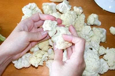 1. Итак, начинаем с традиционного приготовления капусты: разбираем ее на соцветия, после чего отвариваем в немного подсоленной воде коло 3 минут.