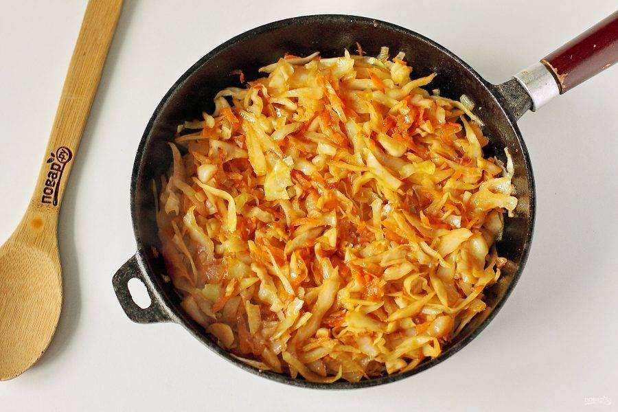 Тушите овощи периодически помешивая на небольшом огне до полной готовности. В процессе можно добавить немного воды.