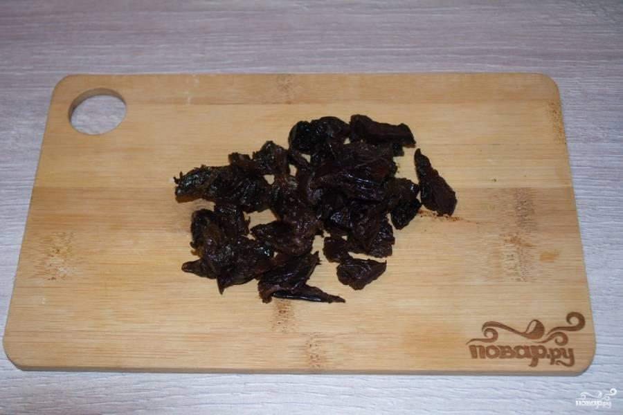 Чернослив нужно промыть и нарезать мелко. Если ваш чернослив сильно просушен, замочите его в горячей воде, чтоб он немного набух.