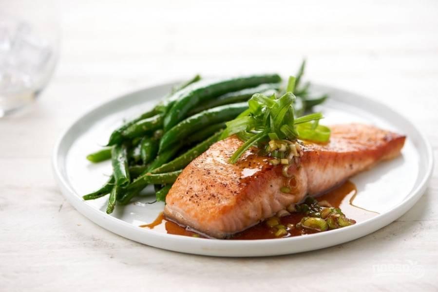 6. Подавайте лосось с фасолью. Сверху полейте блюдо соусом. Приятного аппетита!
