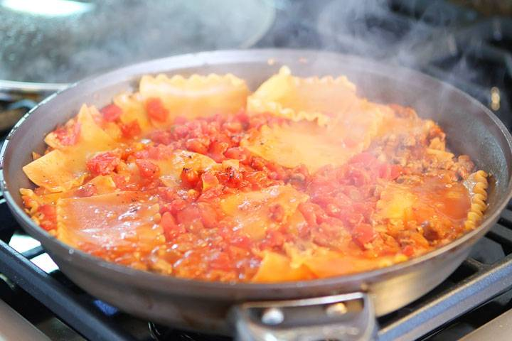 Через 15 минут ваше блюдо будет почти готово, перемешайте его.