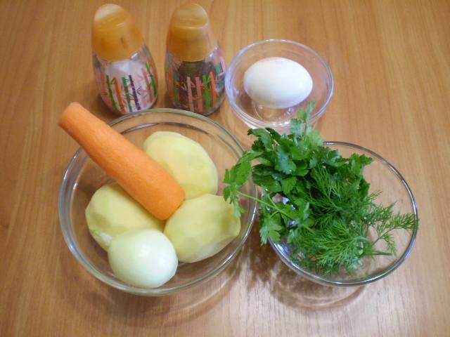 1. Приготовим продукты для супа. Овощи вымыть и очистить.
