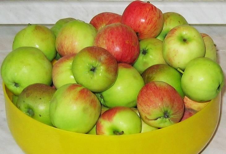 Тщательно моем яблоки.