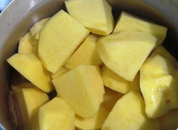 Пока чеснок запекается, очистите и отварите картофель до готовности в подсоленной воде.