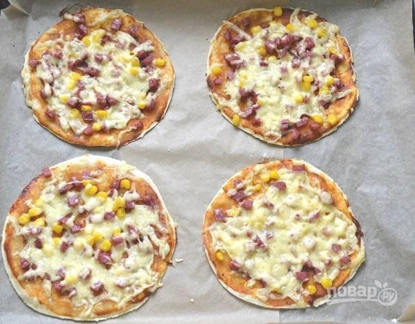 Выпекайте мини-пиццы на бездрожжевом тесте около 7-10 минут.