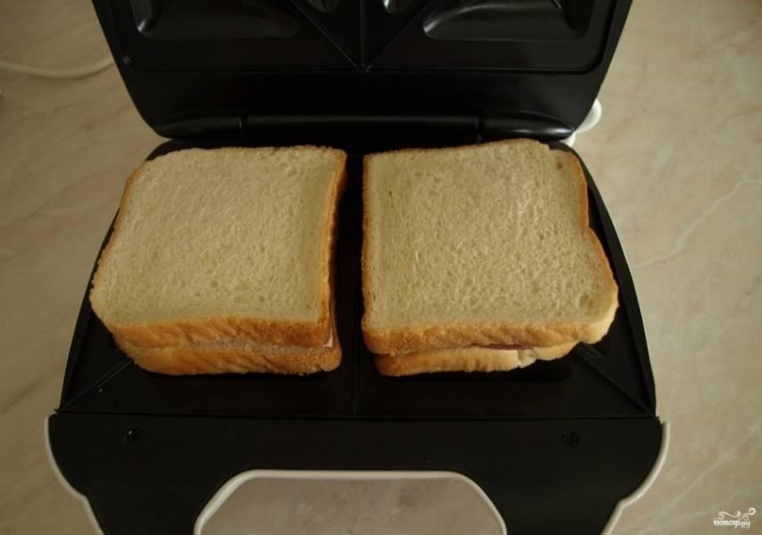 2. Теперь просто выкладываем сэндвичи в сэндвичницу, накрываем крышкой, прижимаем до щелчка и включаем! Выключается она у меня автоматически.