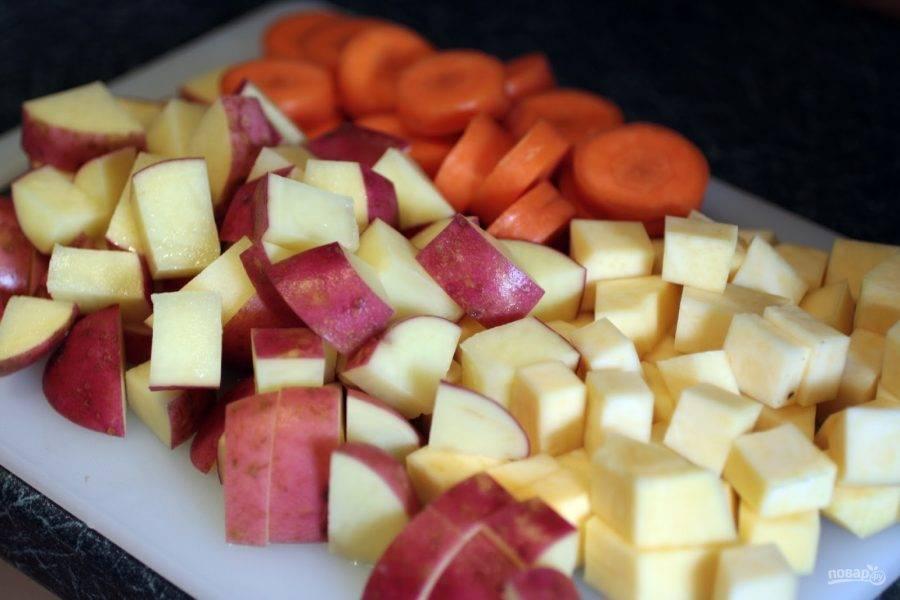 3.Вымойте картофель и нарежьте кусочками, очистите репу и нарежьте кубиками, морковь нарежьте тонкими кружочками. Добавьте овощи в кастрюлю и готовьте 15 минут, затем нарежьте капусту кусочками и добавьте ее к остальным ингредиентам, варите 10 минут.