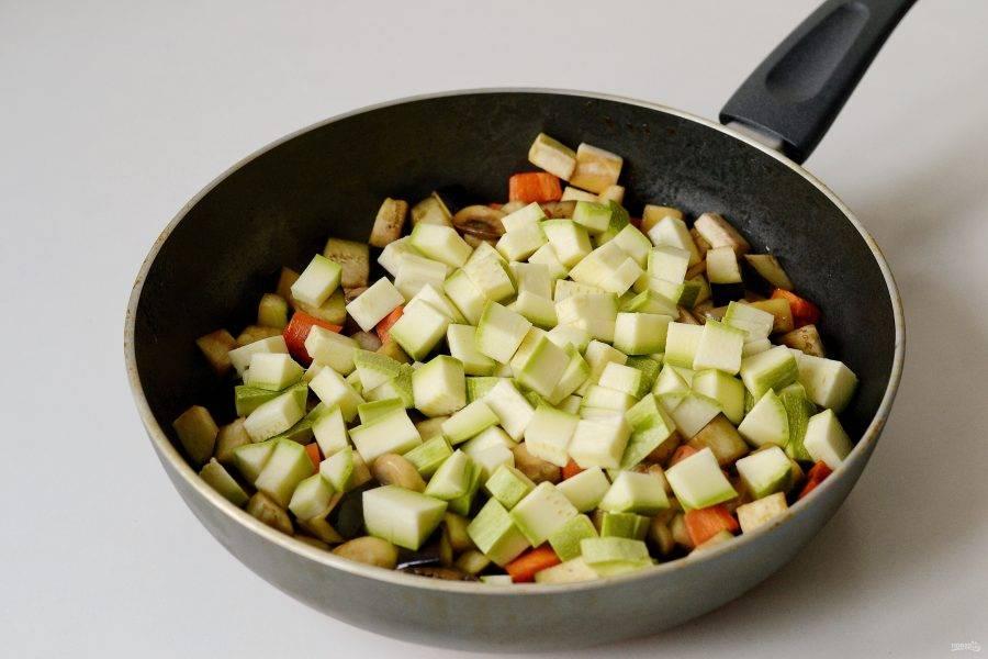 Следом отправьте в сковороду баклажан, а затем кабачок.