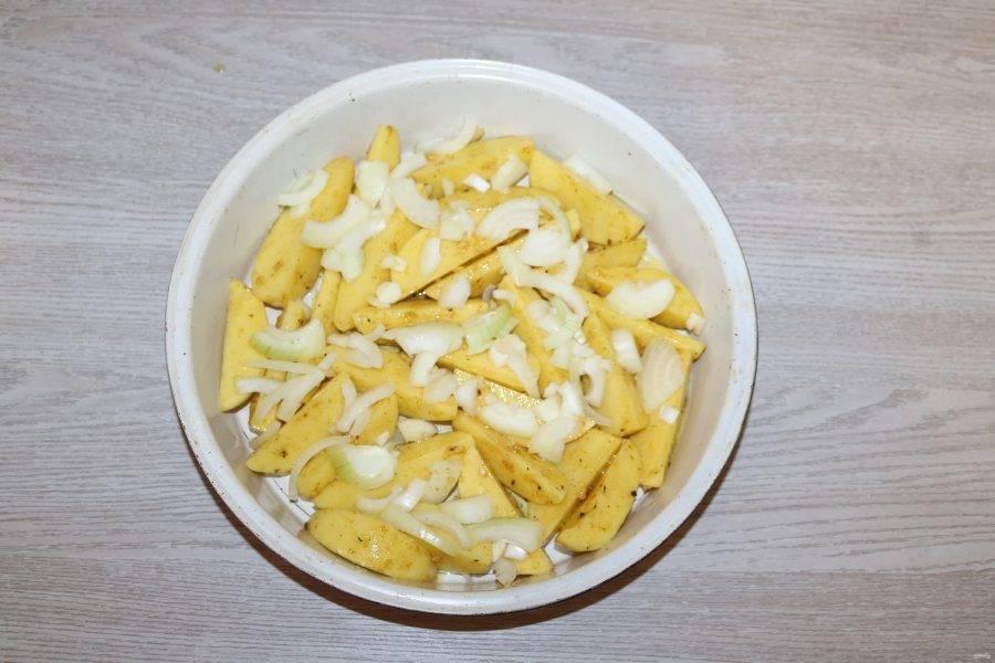 На картофель выложите лук.