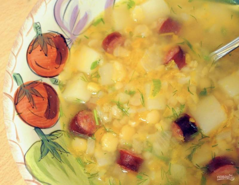Гороховый суп с охотничьими колбасками и зеленью