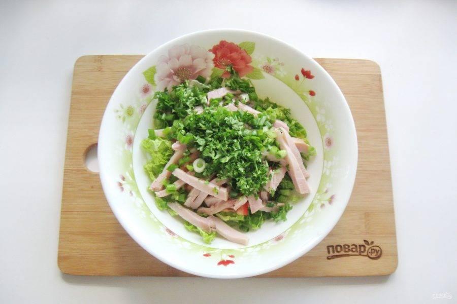 Мелко нарежьте зелень и выложите в салатник.