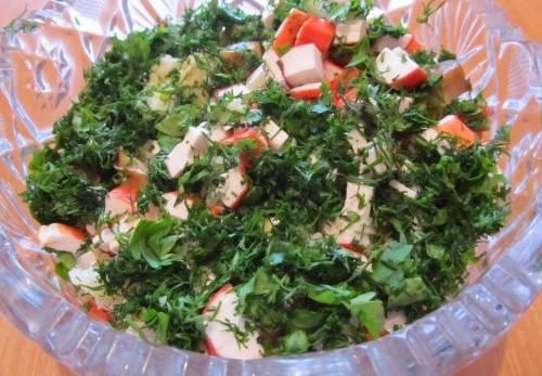 4. Добавим давленный чеснок, очень много зелени, и заправляем сметаной. Салат готов!