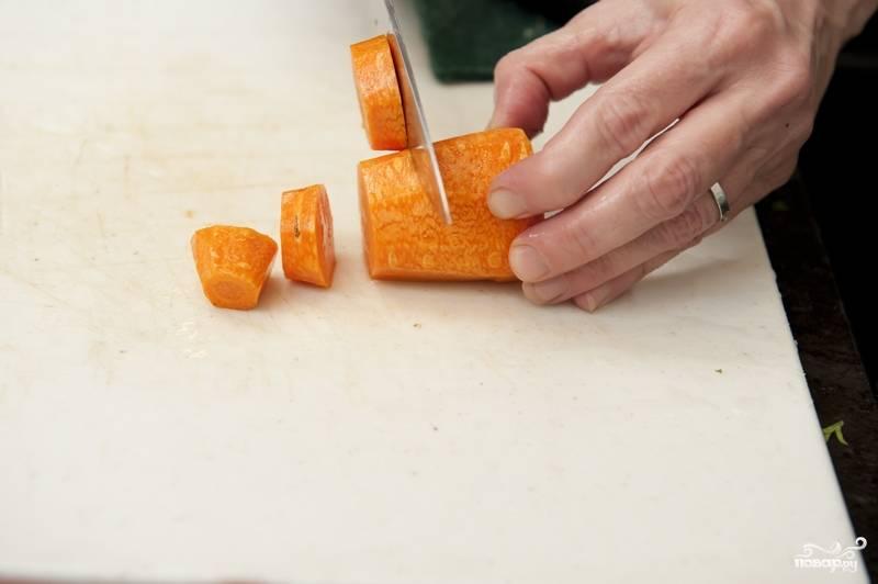 2. Морковь промойте, почистите и нарежьте крупными кольцами.