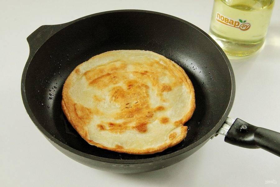 Обжарьте лепешки на разогретой сковороде на растительном масле, накрыв сковороду крышкой, с двух сторон примерно по 3-5 минут.