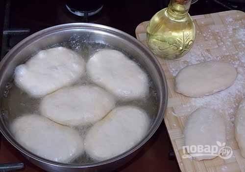 10. Разогрейте растительное масло как следует. Выкладывайте пирожки, жарьте их на среднем огне.