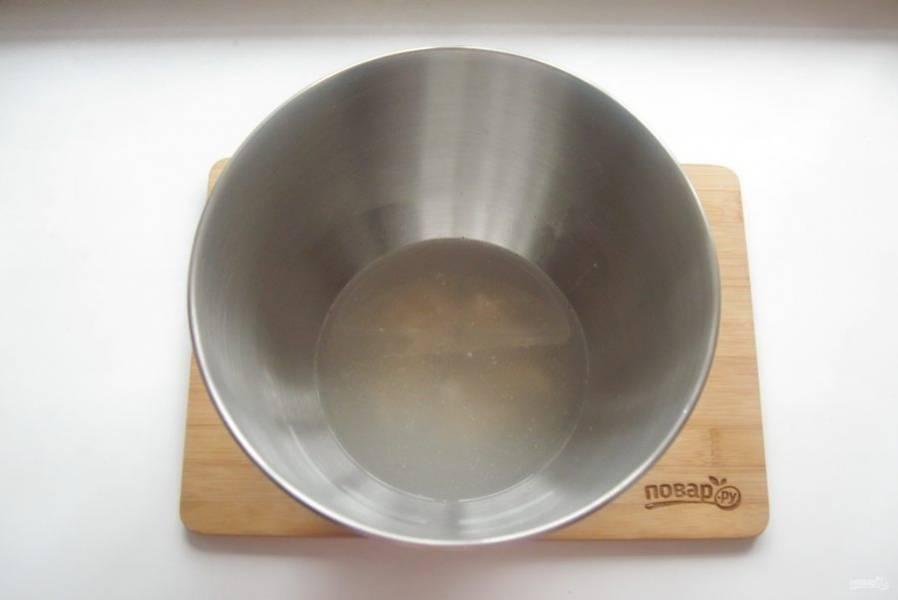 Влейте теплую воду, добавьте соль и сахар.