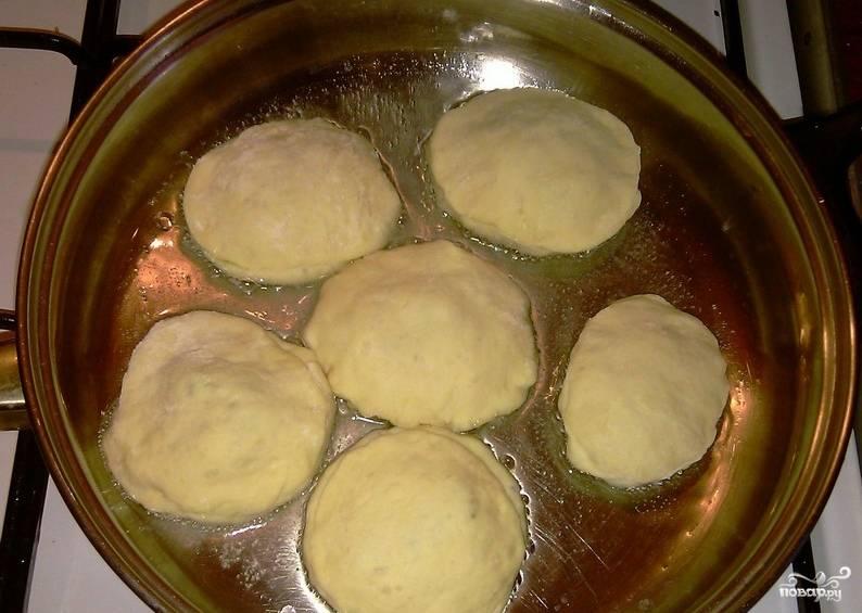 3. Наливаем масло на сковороду, раскалим его настолько, чтобы даже булькало. Обжарим теперь в нём пирожки с двух сторон. Как только зарумянятся - откинем на салфетку, чтобы весь лишний жир впитался.