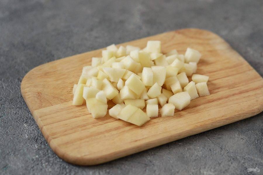 Для начала необходимо приготовить груши. Помойте их, очистите от кожуры и семечек, нарежьте на мелкие кубики.