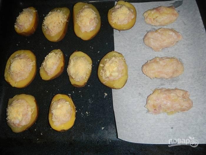 Если картофеля не хватило, можете оставшийся фарш сформировать в виде котлет и просто запечь. Сверху посыпьте лодочки тертым сыром. Отправьте их в разогретую до 200 С духовку на 20 минут.