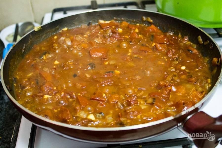 5.В сковороду к луку выложите крупно нарезанные помидоры, тушите их 15-20 минут, по вкусу добавьте соль, паприку, сахар, измельченный чеснок, чили.