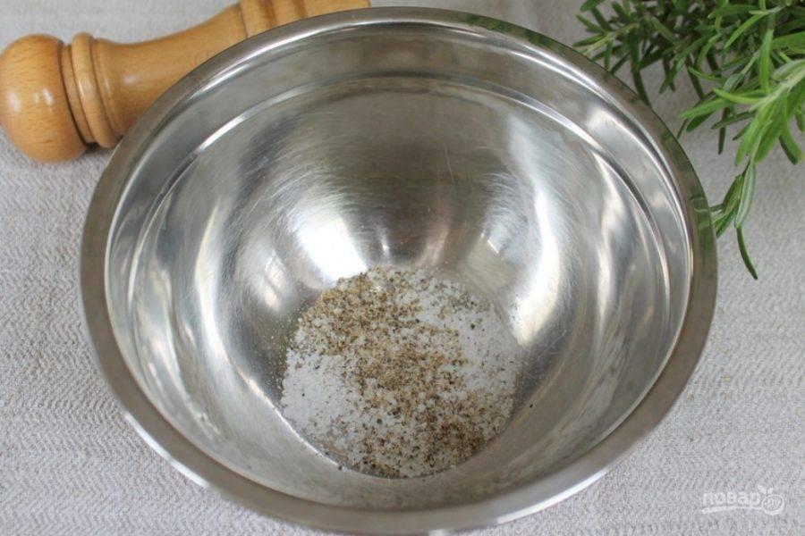 Готовим маринад. В миску насыпаем соль и перец.