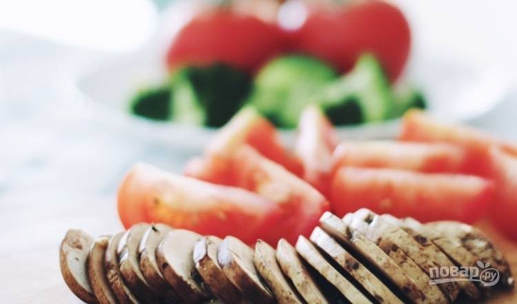 1.Вымойте овощи, нарежьте помидоры дольками, разберите на соцветия брокколи, нарежьте пластинками грибы и колбаски.