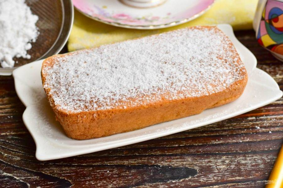 Когда суфле остынет аккуратно выложите его на блюдо и посыпьте сверху сахарной пудрой.