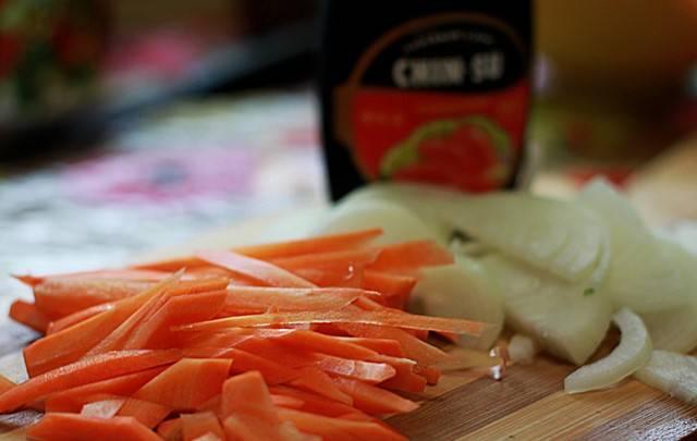 Нарезаем лук и морковь как на фотографии.