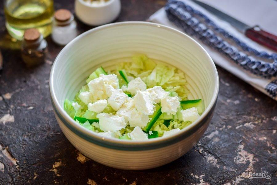 Брынзу нарежьте кубиками или поломайте на небольшие кусочки. Добавьте брынзу в салат.