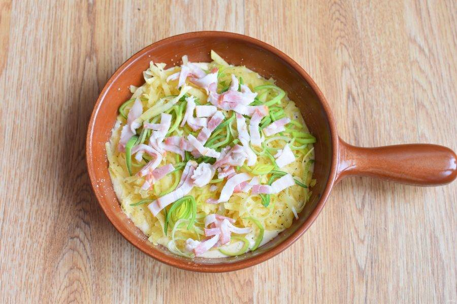 Выложите картофель в форму поверх теста. Разровняйте, посолите и поперчите по вкусу. Добавьте тимьян. Сверху разложите бекон и лук.