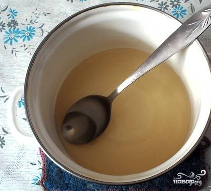 2.Поставьте емкость на плиту. На слабом огне растворите желатин, постоянно помешивая жидкость.