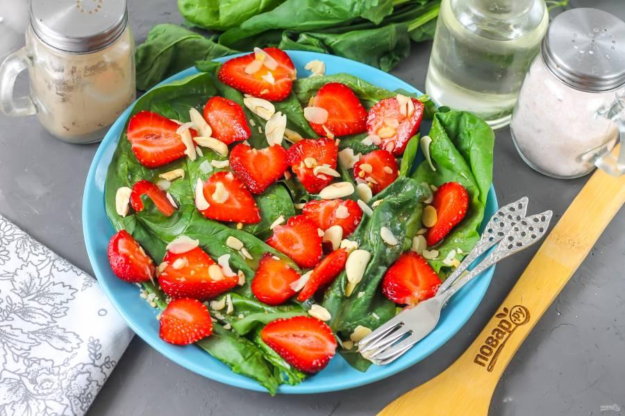 Клубничный салат с миндалем