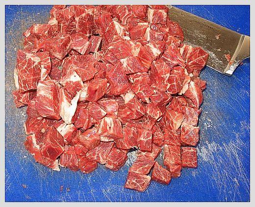 Мясо порежьте кубиками.