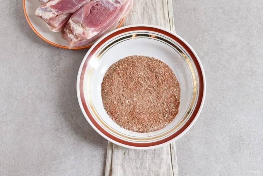 В удобной тарелке смешайте пряности с сахаром и солью.