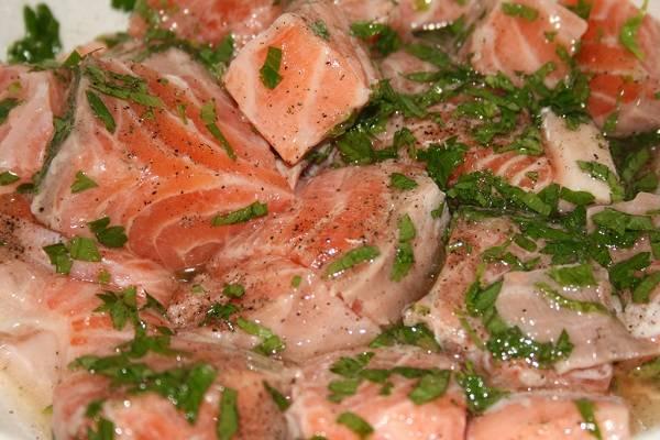 3. Аккуратно все перемешать и оставить в таком виде минимум на полчаса. За это время рыба как следует замаринуется и напитается ароматами. Деревянные палочки тем временем опустить в воду, чтобы они не горели во время приготовления.