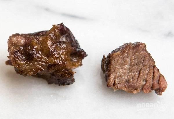 4. Чуть остывшее мясо нарежьте порционными кусочками.