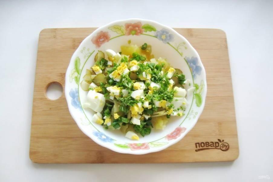 Петрушку или укроп мелко нарежьте и выложите в салат.