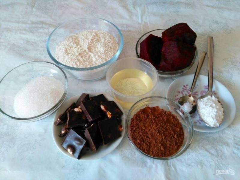Приготовление шоколадно-свекольного пирога начните с отваривания свёклы. Можно приготовить её на пару (в течение 15-20 минут) или запечь в духовке. Для пирога потребуется одна свёкла среднего размера.
