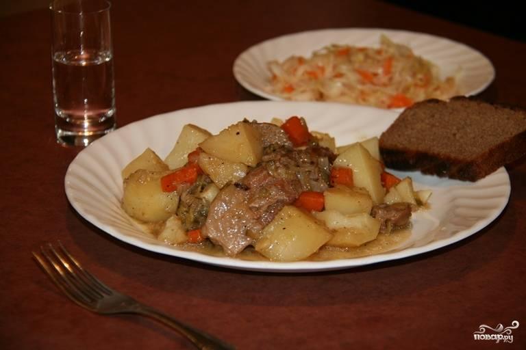 Готовое мясо с картошкой в чугунке в духовке можете подавать с квашеной капустой. Приятного аппетита!