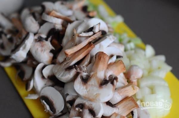 Сельдерей, лук и грибы промойте, очистите и нарежьте.
