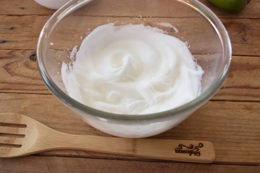 Все продукты в блюде должны быть комнатной температуры.  Отделите яичные белки от желтков. Белки взбиваем до стойких пиков со щепкой соли.