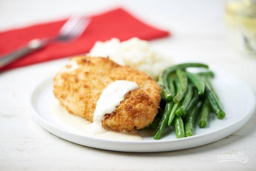6. Подавайте курицу с соусом, а рядом выложите фасоль и пюре. Приятного аппетита!