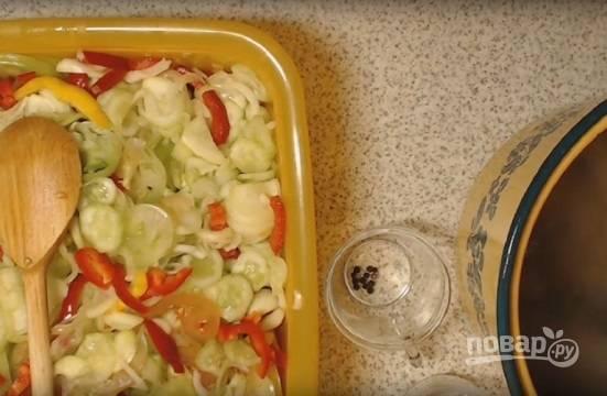 Смешиваем все овощи и готовим маринад. В большой кастрюле доводим до кипения воду с сахаром, уксусом и специями.