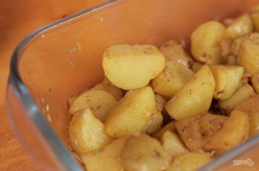 3. Хорошо перемешайте и залейте картофель заправкой. Отправьте ее в микроволновку на 10 минут с мощностью 800-1000W. Периодически доставайте картофель, переворачивайте его и пробуйте на готовность.