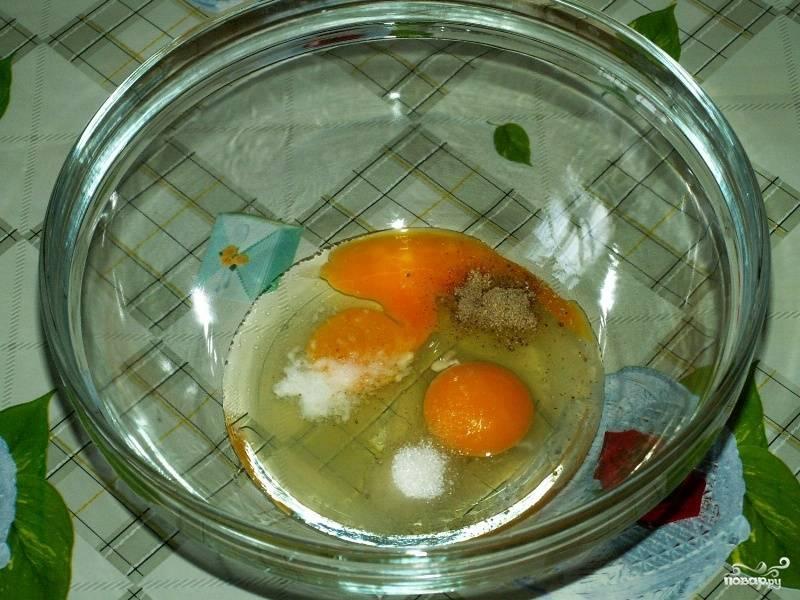 В другую миску разбиваем яйца, добавляем щепотку соли, соды, сахара и немного смеси перцев. Взбиваем до образования пены при помощи миксера.