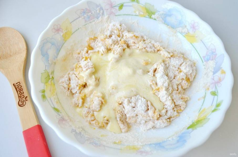 6. Начните замешивать тесто, в процессе добавьте растопленное масло.