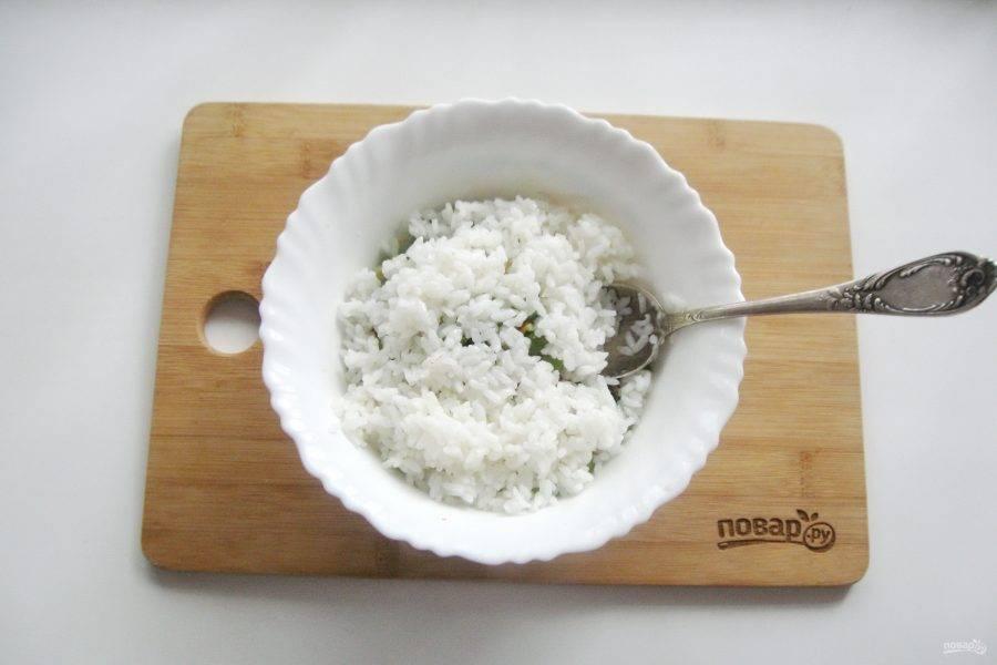 Рис отварите. Для этого выложите его в кастрюлю с подсоленной водой в соотношении риса к воде 1:2. Варите 10-12 минут до готовности. После откиньте на дуршлаг, промойте кипяченой водой, охладите и добавьте в салат.