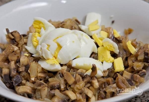 4. Переложите грибочки в глубокую мисочку и добавьте нарезанные кубиками яйца.