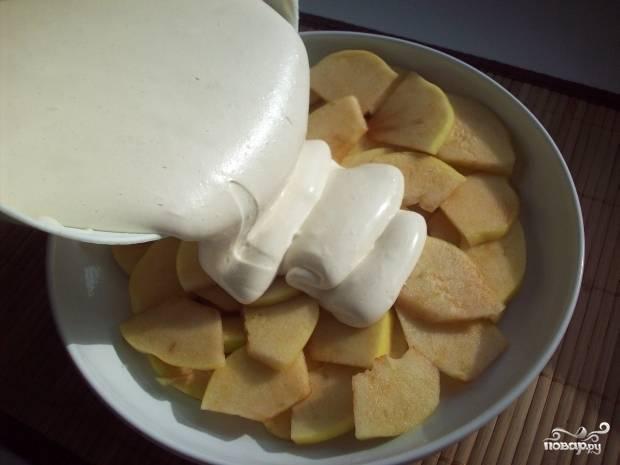 2. Яйца взбиваем миксером, пока масса не станет белой и не увеличится в обьеме в несколько раз. Затем добавим сахар, разрыхлитель и муку. Сюда же - лимонный сок. Еще раз смешаем и тесто выливаем поверх яблок.